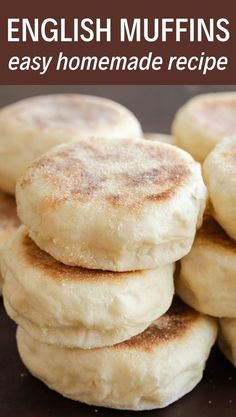 Homemade English Muffins-Hausgemachte englische Muffins Homemade muffins are so much easier than you think! This recipe is simple and you will have soft, chewy muffins in no time. Enjoy them with butter or your favorite jam! Bread Machine Recipes, Easy Bread Recipes, Baking Recipes, Chicken Recipes, Simple Bread Recipe, Breakfast Bread Recipes, Best Bread Recipe, Breadmaker Bread Recipes, Italian Bread Recipes