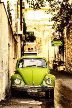 A beetle green VW bug in Sicily Volkswagen Bus, Vw T1, My Dream Car, Dream Cars, Vespa, Vw Caddy Mk1, Carros Vintage, Van Vw, Kdf Wagen