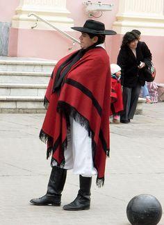 Argentina-El típico gaucho salteño, con su vestimenta , poncho rojo..