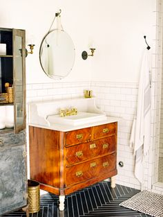 Modern Home Furniture. Make Life Easier On Yourself With These Home Improvement Tips! It's difficult to figure out where to begin when it comes to home improvement, however, it does not need to be. As with other areas of life, things will be Interior Design Tips, Interior Exterior, Home Interior, Eclectic Bathroom, Eclectic Decor, Deco Addict, Modern Home Furniture, Antique Furniture, Bathroom Inspiration