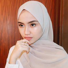 @firrrr_ #hijabstylebook Casual Hijab Outfit, Ootd Hijab, Hijab Chic, Girl Hijab, Modest Fashion, Skirt Fashion, Abaya Fashion, Women's Fashion, Daily Makeup