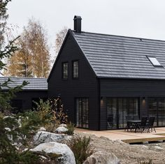 34 Attractive Black House Exterior Design Ideas To Try Asap Modern Wood House, Modern Barn, Modern Farmhouse, Modern Bungalow, Black House Exterior, Exterior Windows, House In The Woods, Style At Home, Exterior Design