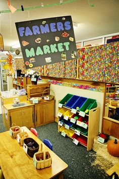 Farmer's Market dramatic play center would be an excellent center, which could be tied into a lesson. Depending on the area the school is located, children may not be familiar with farmer's markets, but farmer's markets could be tied into a lesson. Dramatic Play Themes, Dramatic Play Area, Dramatic Play Centers, Play Based Learning, Learning Through Play, Role Play Areas, Farm Unit, Play Centre, Farm Theme