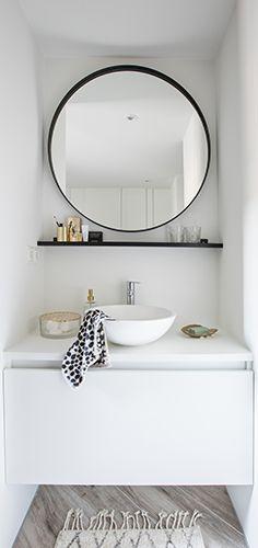 Deze open en ruimtelijke badkamer heeft een luxe uitstraling. Deze wordt bereikt door het gebruik van rijke materialen en rustgevende tinten. Door de witte tegels op de muur en de witte badkamermeubelen lijkt de ruimte optisch groter. De diepblauwe wand zorgt voor de rust en luxe sfeer. Bovendien is de badkamer van alle gemakken voorzien; een toilet, inloopdouche en een wastafel. Het luxueuze vrijstaande bad geeft de badkamer pas echt een hotel-chique uitstraling! Bath Tiles, Plumbing, Interior Inspiration, Toilet, New Homes, Mirror, Bathrooms, House, Furniture