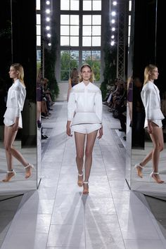 Balenciaga Spring 2014 Ready-to-Wear Collection Slideshow on Style.com -> such a nice way of presenting the runway ! with mirrors showing the side details !