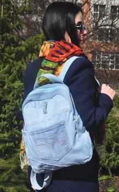 Medio de mochila (cielo azul) de dril de algodón Mochila de mezclilla (azul cielo) fabricada con materiales de moda denim (jeans). En este jeans mochila había combinado con éxito material azul del dril de algodón y dril de algodón en rayas estrechas. Mochila bolsillo exterior decorado con elegantes claro lila y luz rosa costura. La mochila compartimiento principal se cierra cremallera azul clara. A cada lado de la mochila, puedes ver los dos bolsillos profundos fuera donde usted puede poner…