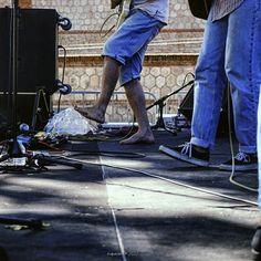 """El domingo pasado estuve en @mataderomadrid viendo a los chicos de el @clubdelrio_ y cuando vi que uno de ellos iba descalzo no pude evitar acordarme de @monarevalo_ y sus fotos de pieses en los conciertos así que aquí va mi aportación a su """"otra"""" obsesión  #tropoMusic #concert #live #acustico #unplugged #musica #directo #concierto #inConcert #music #musicgram #vsco #vscogood #vscogrid #vscohub #vscocam #photooftheday #feet #sonyA7 #A7 #sonyCamera #sonyAlpha #shoes #alphaCamera #camera…"""