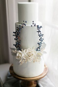 Elegant 3 tier white wedding cake with grey and white sophisticated details #modernweddingcake