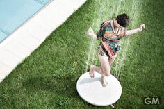 Viteo Outdoor Showerは地面に置くと水が降ってくる、逆発想の屋外シャワー