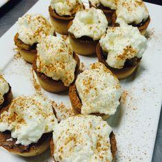 Tortilhas de massa quebradiça com recheio de ganache de chocolate, na cobertura chantilly e cacau em pó.