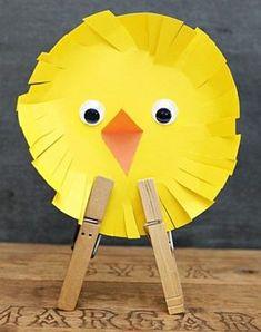 idée activité manuelle maternelle primaire, un poussin jaune, bec orange, pinces à linge, des yeux mobiles, activité manuelle paques