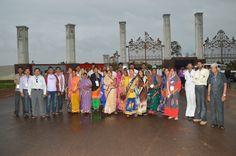 रायगढ़ जिले से आए पंचायत जनप्रतिनिधियों ने जंगल सफारी के मुख्य द्वार पर ग्रुप फोटो खिंचवाया।