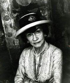 """Coco Chanel - """"Como siempre que se sepa hombres son como niños, tú lo sabes todo!"""