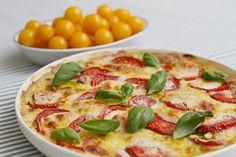 Hapankaalipiirakka - Tässä piirakassa on paljon mozzarellaa ja tomaattia, ja päällä basilikaa.