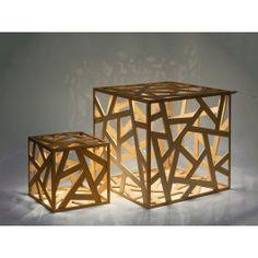 """Durch die sensible Lichtatmosphäre und seine angenehmen Mehrfachschatten übernimmt der """"kubus"""" in Ihrem Interior Design eine außergewöhnlichen Rolle. Er überzeugt durch seine zeitlose Form und seine unaufdringliche, feine Ästhetik. Erst auf den zweiten Blick erkennt man seine LED-Lichtquelle.Jedes Exemplar ist ein Unikat und wird aus unbehandeltem Holz mit viel Liebe zum Detail in Handarbeit hergestellt. Der """"kubus"""" wird in zwei Größen und aus den Materialien Eiche, Ahorn, Kirsche und Nuss…"""