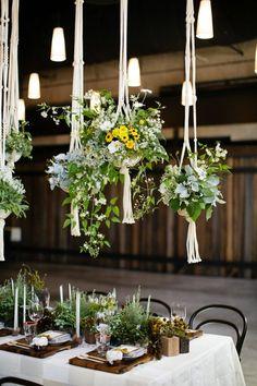 Ramos de flores sobre las meses, una buena idea para la decoración de tu boda.