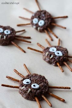 Rice Krispy Spiders Yummy edible spiders made from crisp rice cereal and marshmallows. A fun Halloween treat. The post Rice Krispy Spiders was featured on Fun Family Crafts. Fun Halloween Treats, Halloween Appetizers, Halloween Goodies, Spooky Halloween, Holiday Treats, Halloween Crafts, Halloween Party, Halloween Stuff, Halloween Halloween