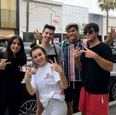 E looks uncomfortable Ethan And Grayson Dolan, Ethan Dolan, Sisters Goals, Cute Twins, Emma Chamberlain, Identical Twins, Best Friend Pictures, Gal Pal, Best Friend Goals