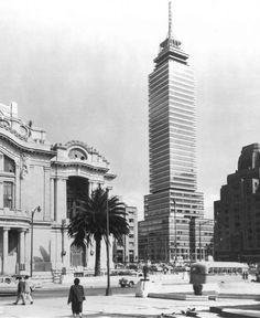 Una toma de los años cincuenta donde se aprecia la Torre Latinoamericana poco antes de su inauguración. Este edificio es obra de Augusto H. Álvarez y Leonardo Zeevaert, y desde entonces se ha convertido en un símbolo de la capital. Del lado izquierdo está el Palacio de Bellas Artes, y a la derecha, la sede de La Nacional.
