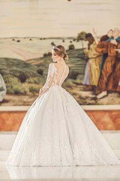 Um vestido de noiva super delicado, digno de uma princesa! Reparou no detalhe da saia? Ela tem uma camada de tela velada, com sobreposição de tule com rendas francesas aplicadas. E esse corpo com renda floral e aplicações de pérolas é de emocionar as noivinhas mais clássicas.