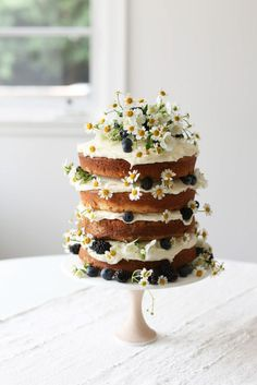 Vanilla Naked Layer Cake Naked Cake mit Wiesenblumen und Beeren Brombeeren, Heidelbeeren & Kamille – Cocktails and Pretty Drinks Food Cakes, Cupcake Cakes, Cupcake Recipes, Pretty Cakes, Beautiful Cakes, Amazing Cakes, Naked Cakes, Bolo Cake, Slow Cooker Desserts