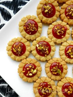 """Sablés """"tartelettes coeurs"""" à la pistache et confiture de fraise"""
