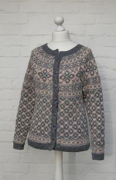 Ravelry: Rygja damekofte med rundfelling pattern by Sandnes Design Norwegian Knitting, Fair Isle Knitting, Stockinette, Pullover, Fair Isles, Knit Cardigan, Mantel, Knitwear, Knitting Patterns