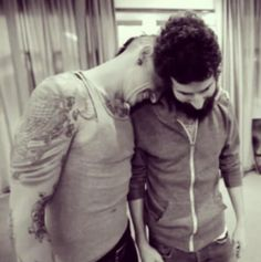 chester bennington and brad delson share a hug. I saw the video. Chester Bennington, Charles Bennington, Joe Hahn, Brad Delson, Rob Bourdon, Linkin Park Chester, Nu Metal, Mike Shinoda, In Loving Memory
