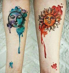 Personificado representações do sol e da lua são de cor com manchas de aquarelas neste tatuagem conjunto.