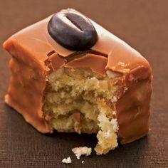 Παστάκια μόκας Greek Sweets, Greek Desserts, Greek Recipes, Pastry Recipes, Cookbook Recipes, Cookie Recipes, The Kitchen Food Network, Greece Food, Brownie Cake