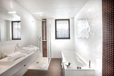 58M² / 2 À 4 PERSONNES Dans un style contemporain et design, profitez de la vue directe sur la piscine depuis le salon. Cette suite est composée d'une chambre et d'un salon-kitchenette. Idéale pour un séjour en famille. Kitchenette, Design Hotel, Contemporary Style, Bedroom, Living Room, Kitchen Nook