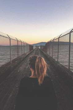 Image discovered by Keepitnonchalant. Find images and videos about girl, hair and indie on We Heart It - the app to get lost in what you love. Foto Casual, Jolie Photo, Tumblr Girls, Adventure Is Out There, Pretty Pictures, Indie, In This Moment, World, Instagram