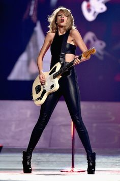 Taylor Swift playing a Fender Jaguar while singing WANEGBT in the 1989 World Tour : TaylorSwift