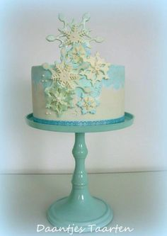 Made this snowflake cake for the birthday of my sister in law :-) A simple cake with some painting around! Cupcakes, Cupcake Cookies, Beautiful Cakes, Amazing Cakes, Cake Pops, Chocolates, Frozen Themed Birthday Cake, Snowflake Cake, Christmas Sweets