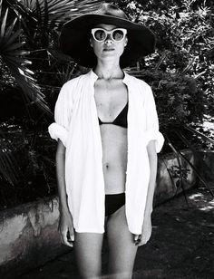 La chemise blanche, la sortie de bain par excellence ! (Photo Jeanne Damas) - Tendances de Mode