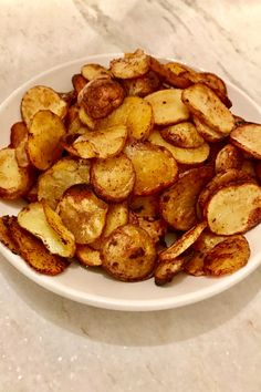 Crispy Roasted Potatoes is a fast and easy recipe that your family will love. No frying involved, just use your oven and out comes this delicious side dish that will have everyone fighting for seconds. Crispy Roast Potatoes, Potatoes In Oven, Oven Potato Chips, Sliced Potatoes, Crockpot Recipes, Cooking Recipes, Healthy Recipes, Easy Recipes, Cooking Kale