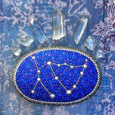 As pedras desta artista são hipnotizantes, elas acalmam a alma e enchem seu mundo de cor.