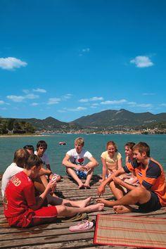 Lekker relaxen bij het meer, een potje kaarten met vrienden. De simpelste zomerse pleziertjes!      http://www.canvasholidays.nl/campingvakanties/vakantie-met-kinderen/familyextra
