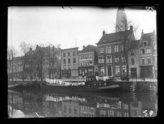 Breda - De Haven van Breda aan de zijde van het centrum, met aangemeerde binnenvaartschepen. Zichtbaar zijn het pand van de fa. J. v.d. Brule met links daarvan naast de steeg drukkerij Vermijs
