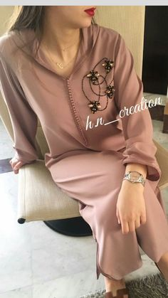 Djellaba en crêpe perlée by H&N ✨ Kaftan Designs, Embroidery Suits Design, Embroidery Fashion, Hijab Fashion, Fashion Dresses, Mode Turban, Arabic Dress, Boho Fashion Summer, Moroccan Caftan