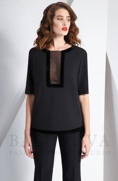 Прямая блузка оригинального кроя из стрейчевой костюмной ткани в сочетании с мягким бархатом и легкой полупрозрачной сеткой. Короткие рукава-реглан длиной чуть выше локтя.