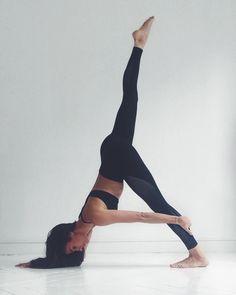 Yoga poses offer numerous benefits to anyone who performs them. There are basic yoga poses and more advanced yoga poses. Here are four advanced yoga poses to get you moving. Yin Yoga, Yoga Positionen, Yoga Flow, Yoga Meditation, Yoga Art, Yoga Nidra, Namaste Yoga, Vinyasa Yoga, Yoga Fitness