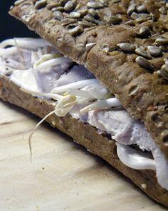 Wat heb je nodig (4 broodjes)    500 gram kipfilet  zwarte peper of Italiaanse kruiden  luxe broodjes naar keus  1 bekertje crème fraîche  3 eetlepels Yofresh  1 eetlepel cajun kruiden  taugé    http://www.ohmyfoodness.nl/recepten/het-gekruide-kipfilet-broodje-van-la-place