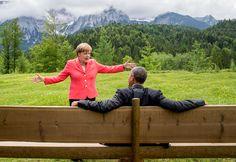 #AngelaMerkel conversa com o presidente dos EUA, #BarackObama, no castelo de #Elmau, durante o #G7. Os líderes que participam do encontro anunciaram um acordo para eliminar combustíveis fósseis gradualmente. Foto Michael Kappeler/Reuters.