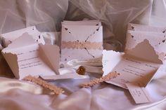 """Partecipazione modello petalo """"royal"""" con applicazioni sbalzate a mano.   la partecipazione è chiusa da una fascia intagliata realizzata in preziosa carta giapponese color pesca."""