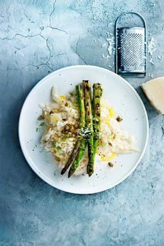 risotto met venkel en gegrilde asperges | delicious.magazine Scampi, Tortellini, Filet Mignon Chorizo, Good Food, Yummy Food, Pasta, English Food, Asparagus, Side Dishes