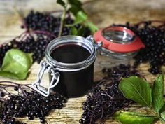 Homemade elderberry syrup to prevent sickness with raw honey for flu, cough and cold Elderberry Benefits, Elderberry Plant, Elderberry Recipes, Elderberry Syrup, Jelly Jars, Flu Season, Raw Honey, Herbal Medicine, Natural Remedies