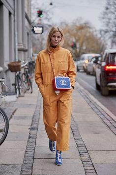 Copenhagen Street Style Fall 2019 Day Women's Street Style photos from Copenhagen Fall 19 Fashion Week. Casual Street Style, Cullotes Street Style, Nyfw Street Style, Street Style Summer, Autumn Street Style, Street Chic, Street Style Women, Street Fashion, Poses
