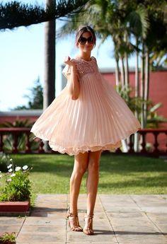 Vaporoso vestido rosa claro.