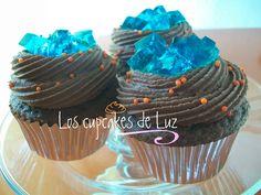 Cupcakes de chocolate, frosting de Bailey's y gelatina de moras, se te antojan? En www.madrid-bakeandsweet.weebly.com los encuentras!